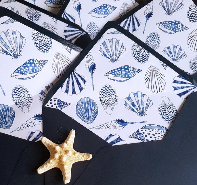 sobres decorados con conchas de mar