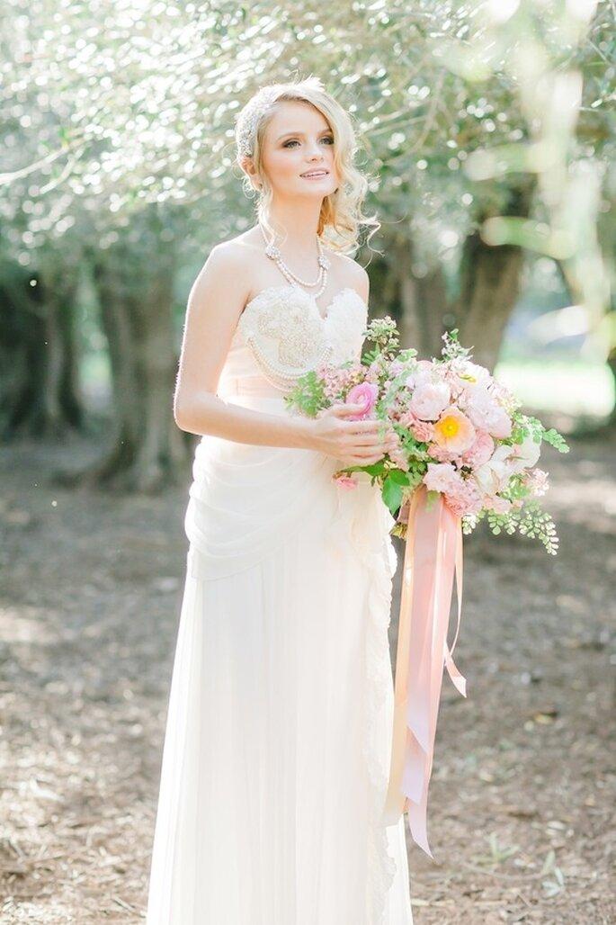 Complementa tu ramo de novia con elegantes lazos color rosa pastel - Foto Avec L'Amour Photography