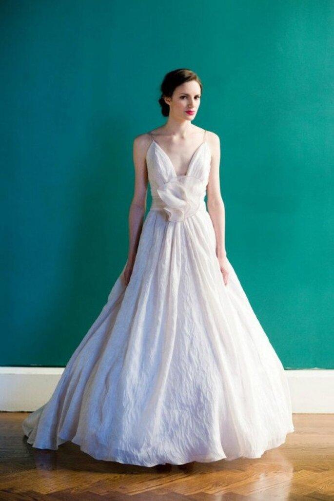 Vestido de novia largo en color claro con tirantes y falda con volumen - Foto Carol Hannah