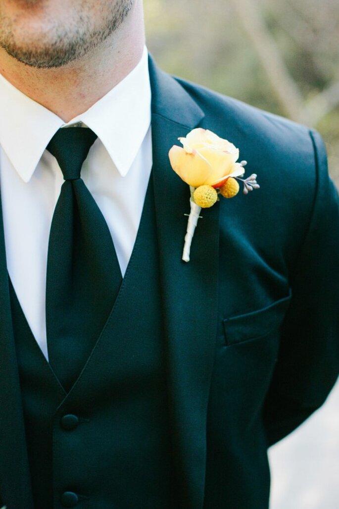 El contraste entre el traje y un boutonniere con flor amarilla será perfecto - Meg Sexton