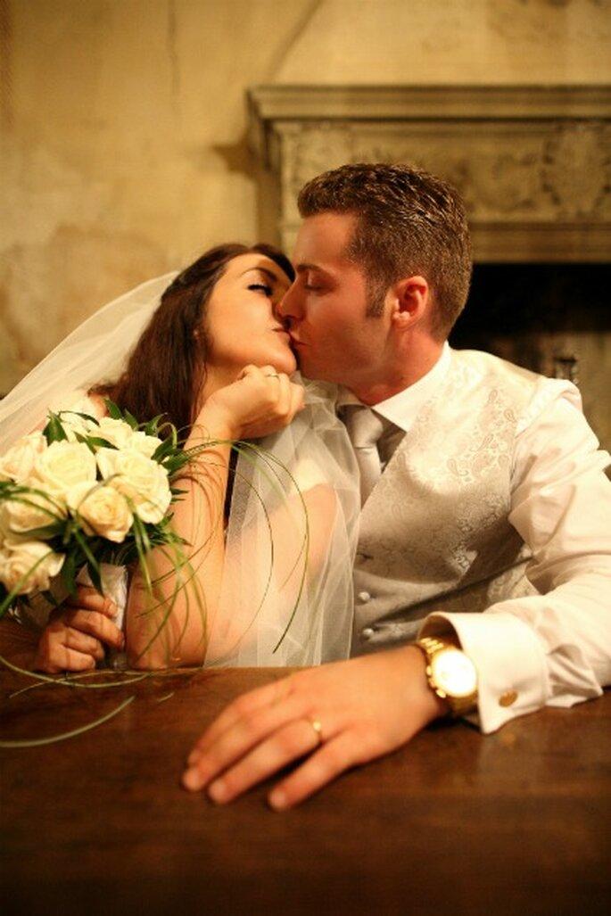 Un romantico bacio tra Elisa e Alessio. Foto di Marco Roveri