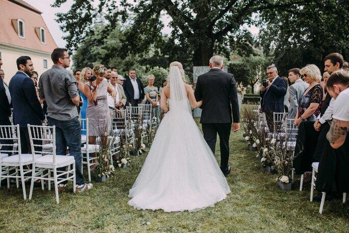 gausfotografie.de: Elena wird bei der Hochzeit im Herrenhaus von ihrem Vater zum Altar geleitet.