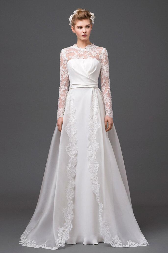 Vestido de novia 2015 de hermosa estructura con cuello ilusión y mangas largas bordadas con encaje - Foto Alberta Ferretti