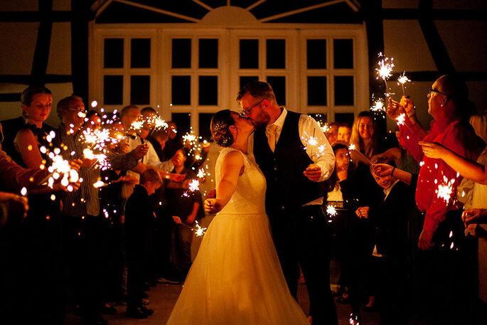 küssendes Brautpaar mit Wunderkerzen