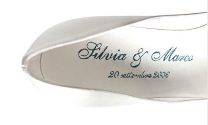 Nomi e data incisi nella scarpa della sposa. E' un'idea di Sergio Rossi. Foto www.sergiorossi.com