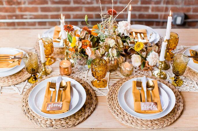 Centro de mesa en tonos cálidos con hojas secas