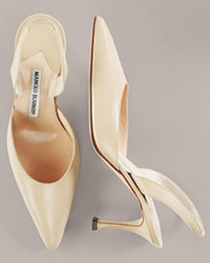 Calzado clásico para novias de Manolo Blahnik en color marfil