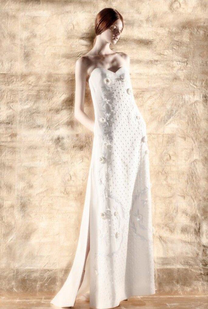 Vestido de novia con silueta columna y detalles en relieve de flores - Foto Del Pozo