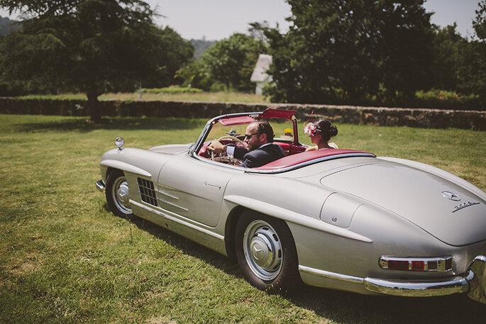 novios en coche boda