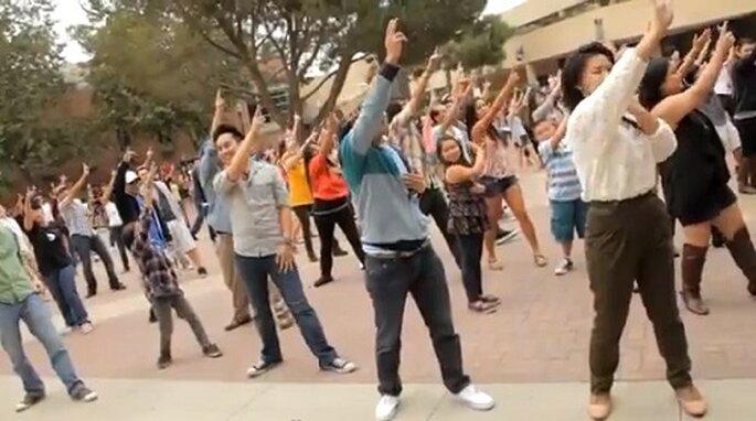 La coreografia usata in un campus californiano da uno sposo intraprendente. Foto: youtube.com
