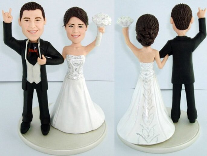 Cake toppers : on les harmonise à la décoration de mariage. Source : weddinganniversarygifts