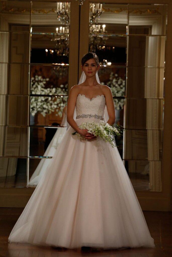 Vestido de novia corte princesa con escote corazón y cinturón de pedrería - Foto Romona Keveza