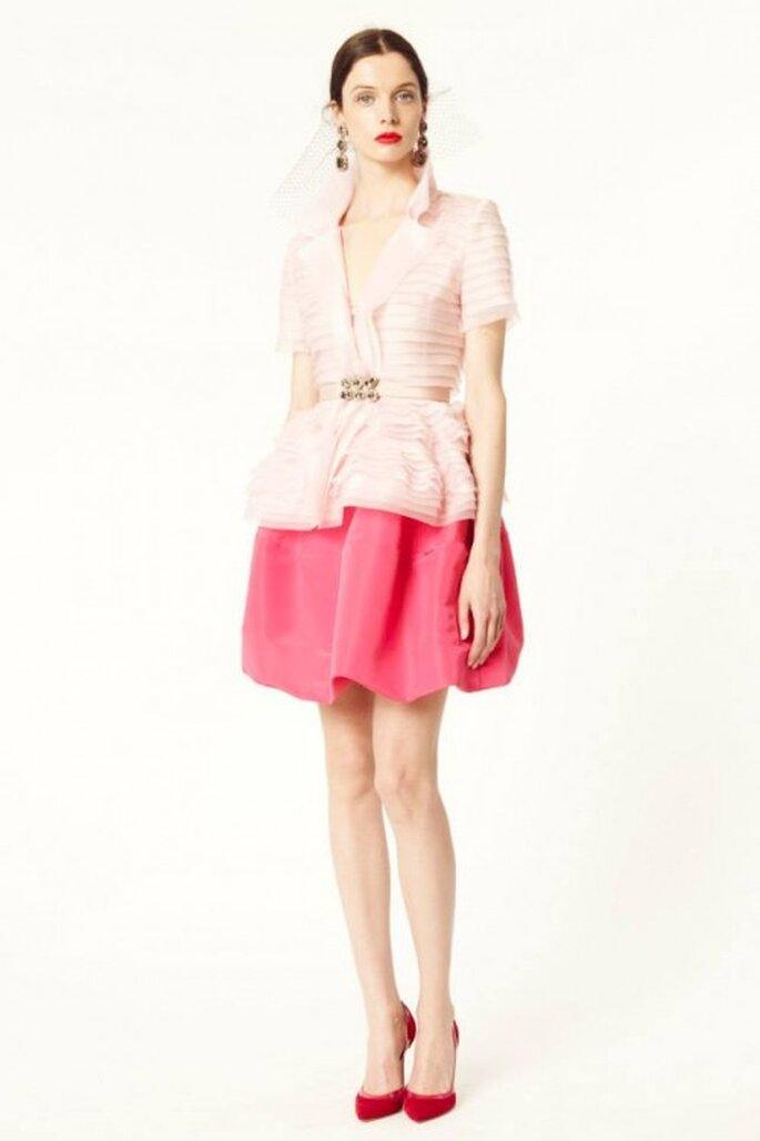Conjunto de falda y blusa con chaqueta en color rosa pastel - Foto Oscar de la Renta