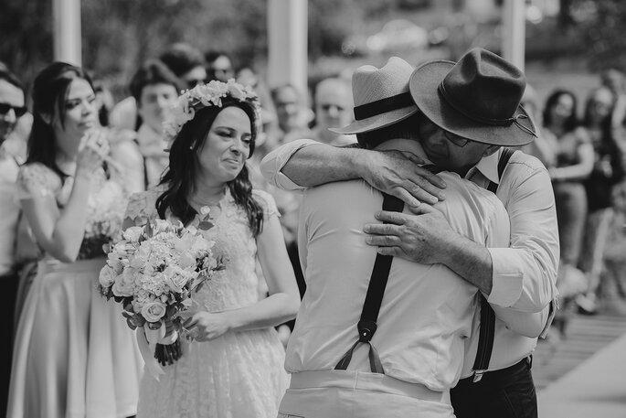 Abraço noivo e pai da noiva