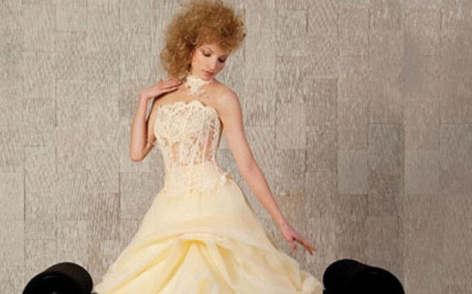Une légère touche de orange sur votre robe apportera une dose de bonne humeur supplémentaire à votre mariage