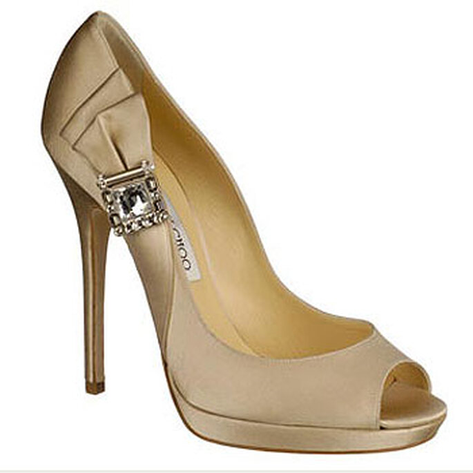 Proposition pour mariées de Jimmy Choo en ton camel avec détail du chignon et ferronerie.