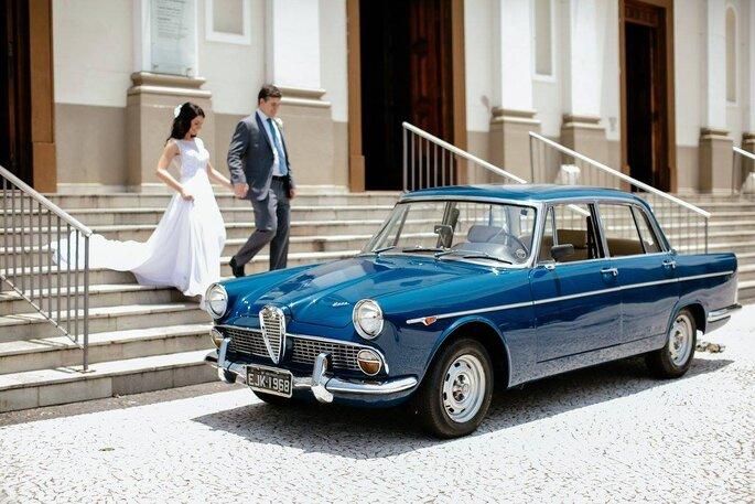 Noivos e carro vintage