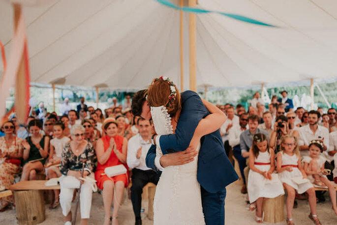 Les mariés s'enlacent après s'être dit «oui » à l'occasion de leur cérémonie laïque sous un chapiteau
