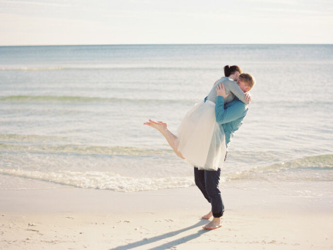 Romántica sesión de fotos pre boda al aire libre - Foto Lauren Kinsey