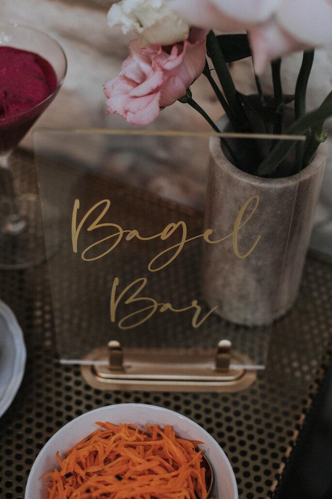 """Schild mit dem Schriftzug """"Bagel Bar"""", organisiert von Freakin' Fine Weddings."""