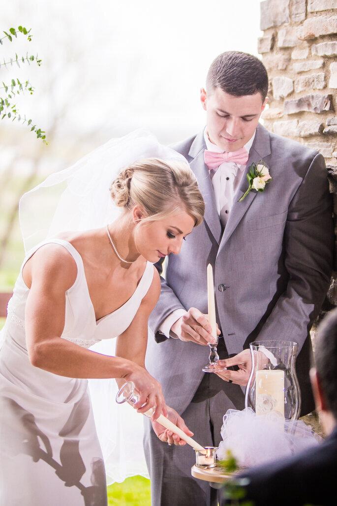 casal de noivos a acender velas