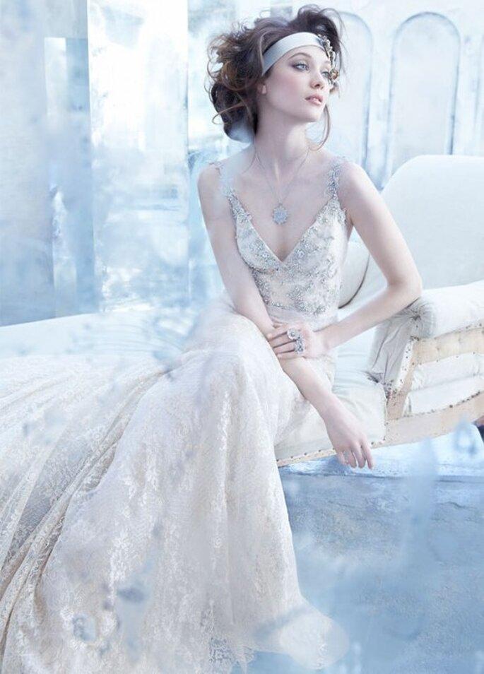 Vestido de novia en color nude con estilo vintage, tirantes discretos, escote profundo en V y cauda catedral - Foto Lazaro en JLM Couture