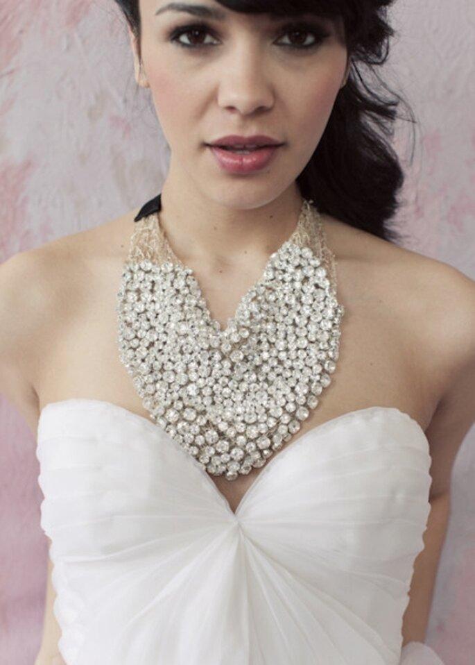 Schlichte Brautkleider vertragen pompösen Schmuck – Foto: Sarah Seven