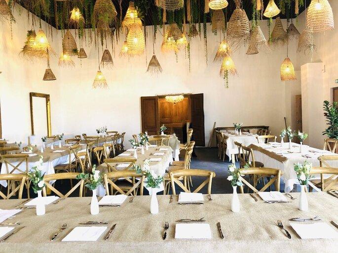 Salle de réception avec une décoration bohème et naturelle pour un mariage