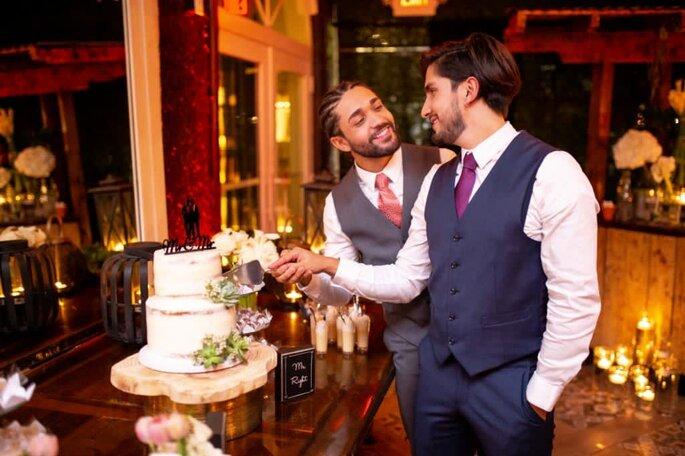 Noivos cortam o bolo no casamento