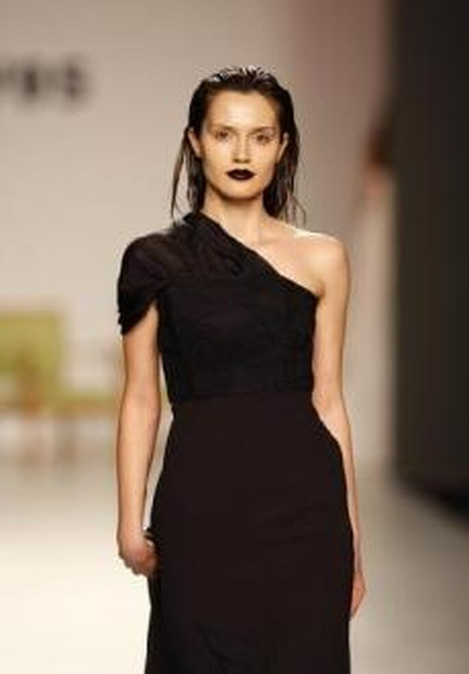 Duyos 2010 - Vestido largo en negro, talle alto, escote asimétrico
