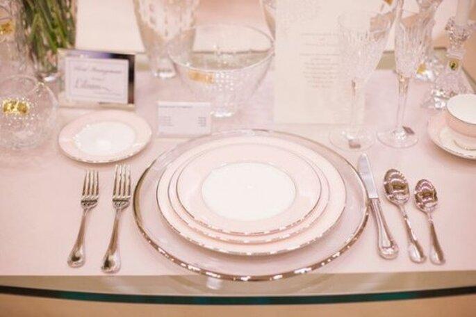 Vajilla elegante con franjas metalicas para bodas en 2013 - Foto Monique Lhuillier Facebook