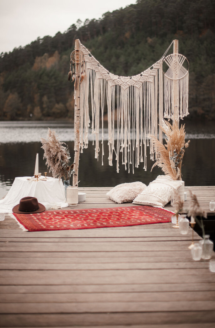 Ein Bootssteg, der im Vintage-Boho-Style dekoriert ist.