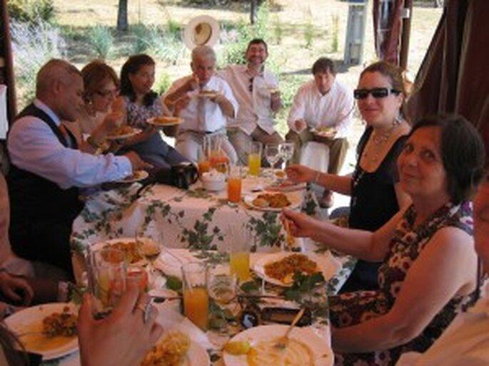 Algunos de los invitados disfrutando del menú vegetariano
