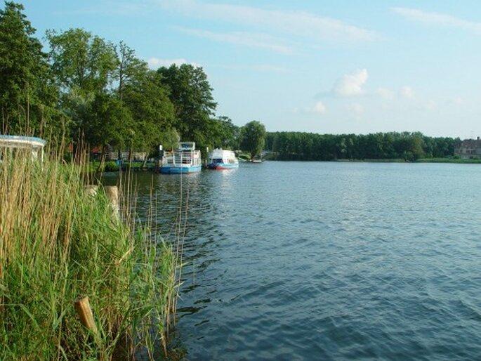 Flitterwochen an der mecklenburgischen Seenplatte. Foto: Mirower See von BTOIPS / pixelio.de