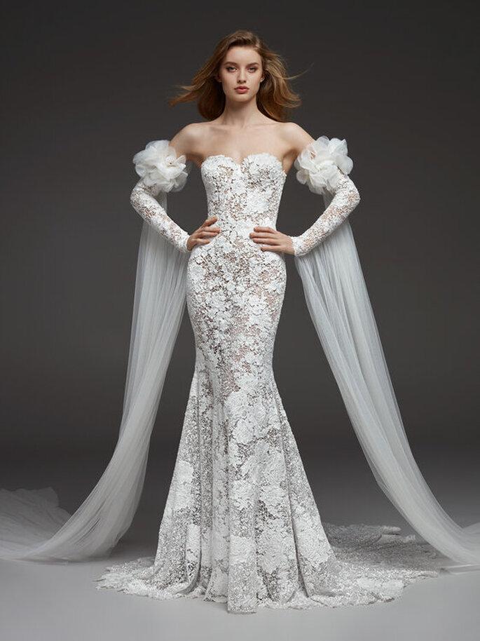 Une robe de mariée originale, tout en dentelle, près du corps, bustier, toute en transparence