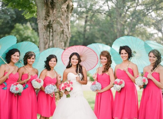 La novia y sus damas de boda con vestidos rosas. Foto Jen Lynne