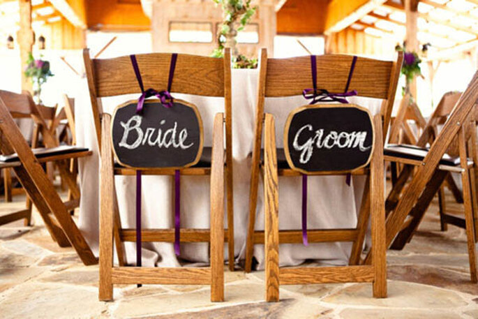 Decoraciones para las sillas del banquete de bodas - Foto Bend the Light Photography