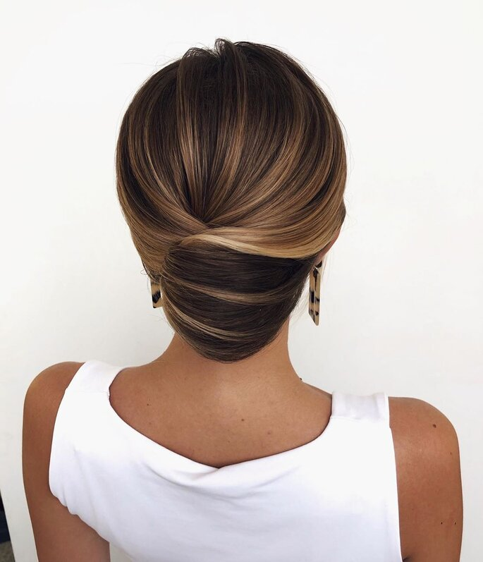 Peinado para dama de honor elegante con recogido bajo