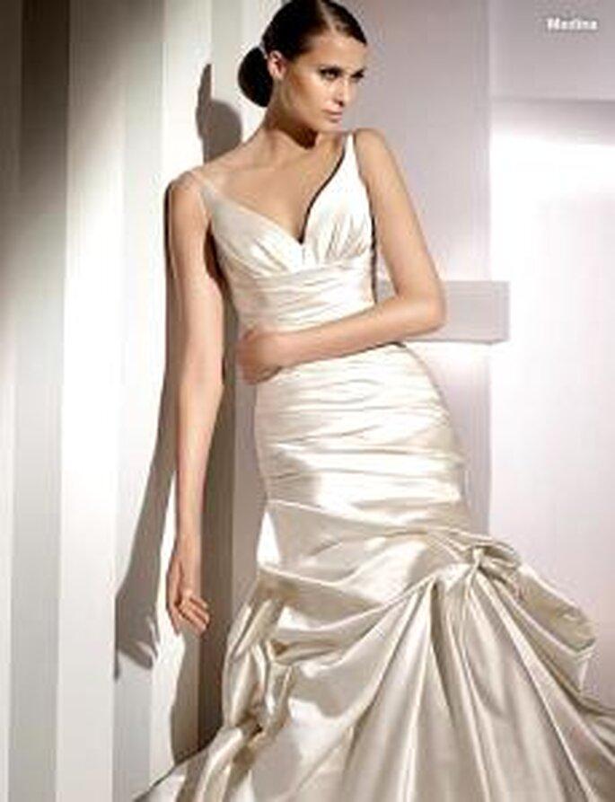 Pronovias 2010 - Medina, vestido largo en seda, fruncidos, escote en V