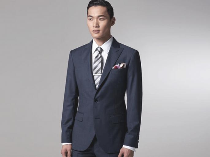 Traje en color oscuro para un novio con estilo elegante - Foto Indochino