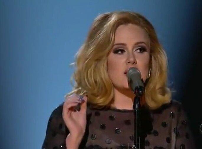"""La cantante Adele considerata dallo stilista Lagerfeld """"un pò troppo grassa"""". Foto: Youtube"""
