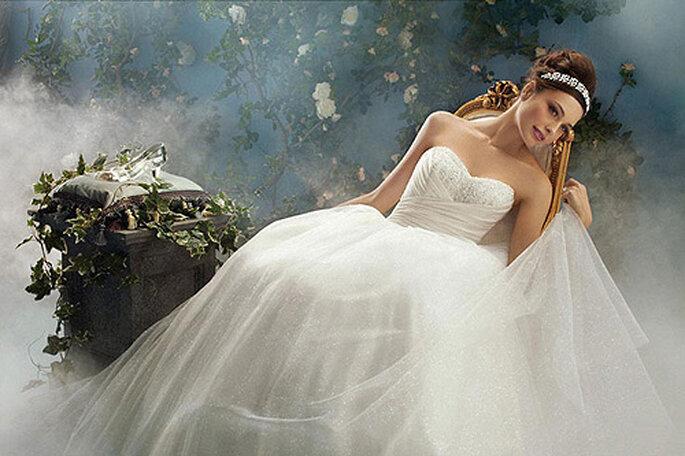 El vestido de novia de Cenicienta, junto a su zapatito de cristal, de Alfred Angelo