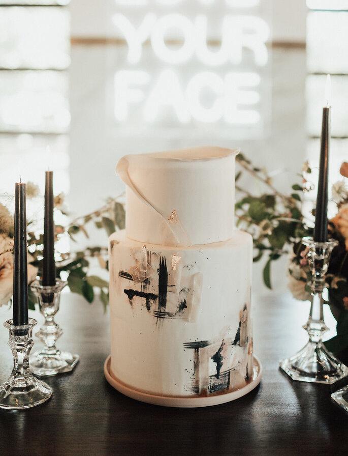 Moderne Hochzeitstorte weiß bemalt mit moderner Kunst