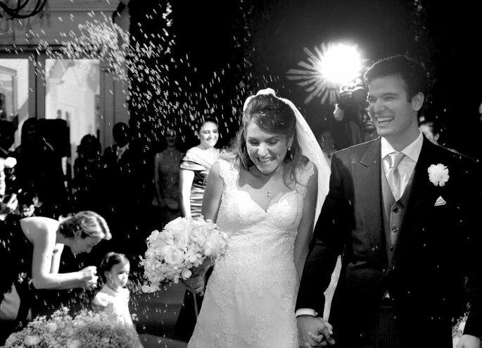 convidados jogam arroz em noivos