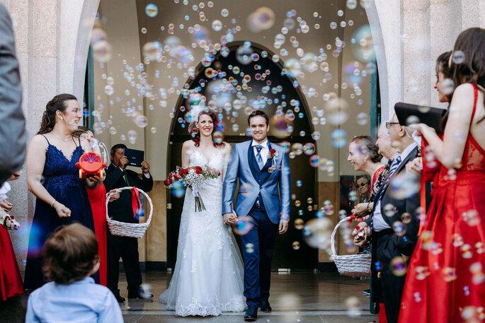 bolas de sabão saída da igreja noivos
