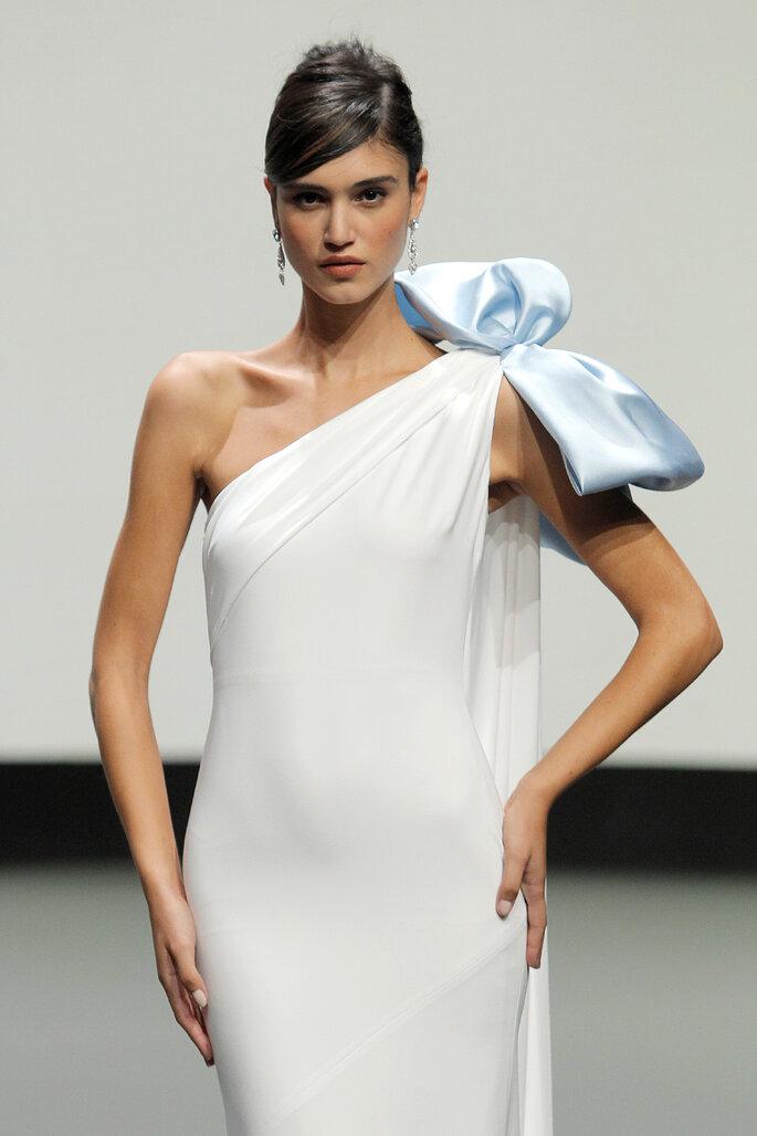 Barcelona Bridal Fashion Week St Patrick vestido de novia vestido de una sola manga entallado con capa y lazo en decoración de hombro
