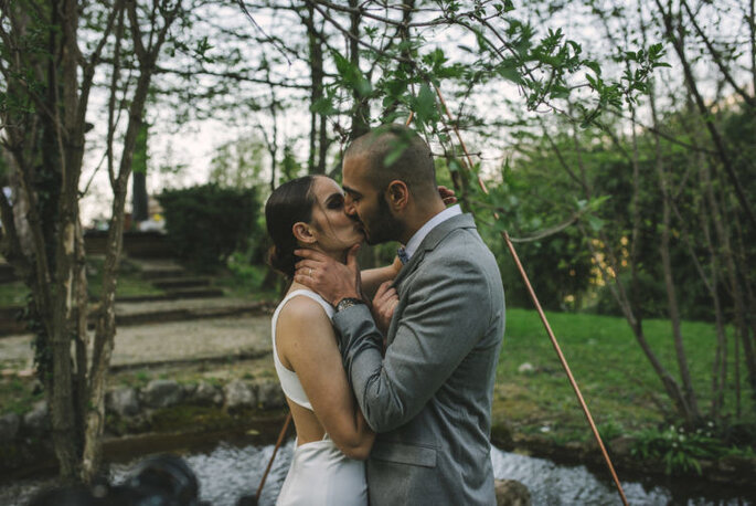Ma petite cérémonie - Deux mariés qui s'embrassent près d'un lac en pleine nature