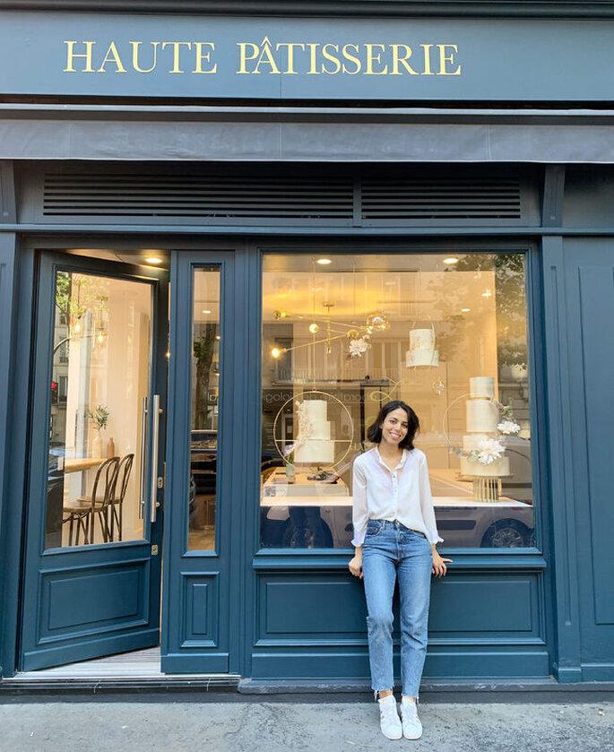 Ines Lamouri devant sa boutique Haute Pâtisserie, dans le 11ème arrondissement de Paris.