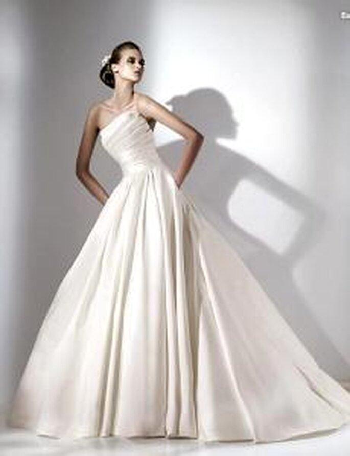 Elie Saab 2010 - Euterpe, vestido largo en tafetán de seda, cuerpo drapeado, palabra de honor, corte princesa