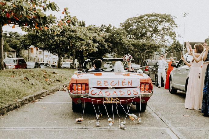 With You Weddings carro de novios con latas